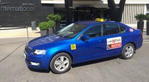 En Praga el taxi lucha por sobrevivir