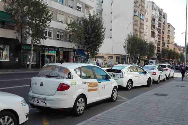 Dos hombres rompen la ventanilla de un taxi en Salamanca