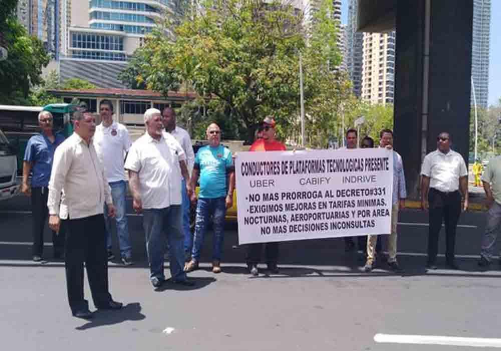 Taxistas de Panamá contra el cobro en efectivo de Uber y Cabify