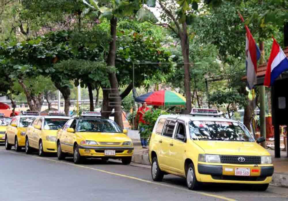 Los taxistas de Paraguay exigen la regulación de Uber y Muver